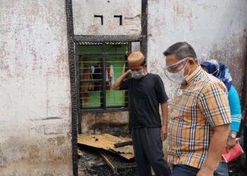 Wali Kota Gorontalo, Marten Taha, saat mengunjungi korban kebakaran di Kelurahan Tapa, Kecamatan Sipatana, Minggu (14/2). Foto: Humas