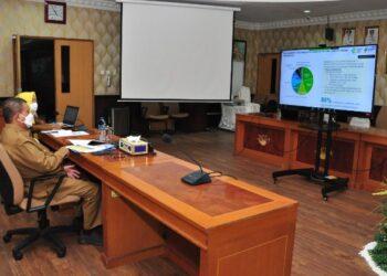 Wagub Gorontalo H. Idris Rahim mengikuti Rakor Monev Vaksinasi COVID-19 yang digelar secara virtual oleh Kementerian Kesehatan di ruangan Huyula Gubernuran Gorontalo, Senin (15/2/2021). (Foto : Haris)