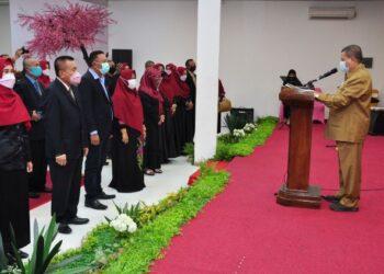 Wagub Gorontalo H. Idris Rahim (kanan) melantik pengurus Persaudaraan Tanggidaa Mulolo periode 2021-2023 di Graha Musdalifah, Kota Gorontalo, Selasa (16/2/2021). (Foto : Haris)