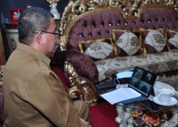 Wagub Gorontalo H. Idris Rahim memberikan sambutan saat membuka RAT KPRI Wiyowa Tahun Buku 2020 yang digelar secara virtual di rumah jabatannya, Selasa (16/2/2021). (Foto : Haris)