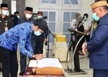 Gubernur Gorontalo Rusli Habibie saat menyaksikan penandatanganan perjanjian kerja salah satu Pejabat Fungsional yang baru dilantik dan diambil sumpahnya oleh Gubernur, Rabu (17/2/2021). Foto – Salman
