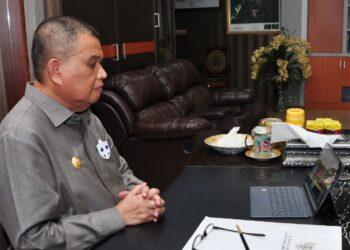 Wagub Gorontalo H. Idris Rahim mengikuti Peluncuran Laporan Tahunan Ombudsman RI Tahun 2020 secara virtual di ruang kerjanya, Senin (8/2/2021). (Foto : Haris)