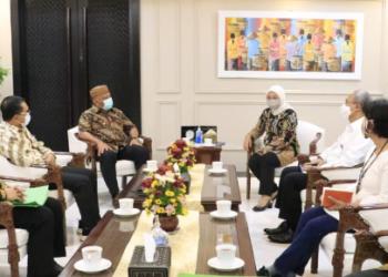Gubernur Gorontalo Rusli Habibie (tengah kiri) saat bertamu ke Menteri Tenaga Kerja Ida Fauziah di Jakarta, Selasa (2/1/2021). Pertemuan tersebut untuk menyerahkan sertifikat lahan dan membahas rencana pembangunan BLK Pusat di Gorontalo. (Foto: Dzakir-BPPG).