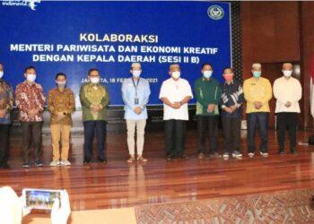 Gubernur Gorontalo Rusli Habibie bersama para bupati dan wali kota foto bersama dengan Menteri Pariwisata dan Ekonomi Kreatif Sandiaga Uno usai pertemuan di Jakarta, Kamis (18/2/2021). Pertemuan tersebut untuk memaparkan kondisi dan potensi pariwisata daerah. (Foto: Dzakir – BPPG).