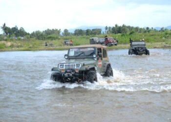 Ketua IOF Gorontalo Rusli Habibie terlihat menunggangi mobil Jeep Wrangler pabrikan Amerika miliknya, saat melintasi arusnya Sungai Bulango, Kecamatan Tapa, Kabupaten Bone Bolango, Sabtu (20/2/2021). Selain Rusli, fun offroad kali ini juga diikuti oleh pengurus IOF pusat yang diwakili Sekjend IOF Joko Permana. (Foto – Salman)