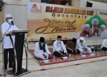 Wagub Gorontalo H. Idris Rahim memberikan sambutan pada peringatan milad pertama Majelis Rasulullah di Masjid Baiturrahim Kota Gorontalo, Minggu (21/2/2021). (Foto : Haris)