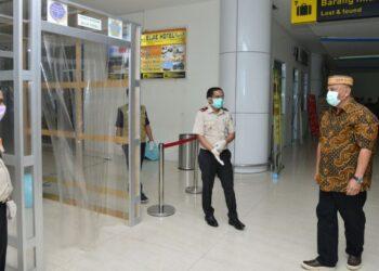 Gubernur Gorontalo Rusli Habibie saat berada di Bandar Udara Jalaluddin Gorontalo. (Dok. Kominfo)