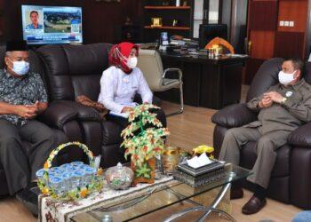 Wagub Gorontalo H. Idris Rahim (kanan) berbincang dengan Ketua FKPT Provinsi Gorontalo, Ani Hasan, di ruang kerja Wagub, Senin (22/2/2021). (Foto : Haris)