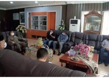 Wagub Gorontalo H. Idris Rahim (kanan) berbincang dengan Densus 88 Anti Teror Mabes Polri bersama Ketua Forum Koordinasi Pencegahan Terorisme (FKPT) Provinsi Gorontalo dan jajaran pengurusnya, serta pimpinan Nahdlatul Ulama (NU) dan Muhammadiyah, di ruang kerja Wagub di Gubernuran Gorontalo, Senin (22/2/2021). foto istimewa