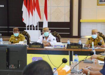 Gubernur Gorontalo Rusli Habibie didampingi Sekdaprov Gorontalo Darda Daraba dan Asisten I bidang pemerintahan, saat memimpin rapat persiapan pelantikan,  Senin (23/2/2021) di Aula Rujab Gubernur.  (Foto – Salman)