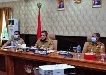 Wagub Gorontalo H. Idris Rahim (tengah) memaparkan usulan program Pemprov Gorontalo untuk mendukung Program Prioritas Nasional untuk tahun 2022 pada Rakorgub 2021 yang berlangsung secara virtual di ruangan Huyula Gubernuran Gorontalo, Selasa (23/2/2021). (Foto : Haris)