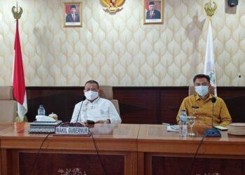 Wagub Gorontalo H. Idris Rahim (kiri) mengikuti Rakortekrenbang Tahun 2021 secara virtual di ruangan Huyula Gubernuran Gorontalo, Kamis (25/2/2021). (Foto : Haris)
