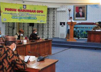 Wagub Gorontalo H. Idris Rahim memberikan sambutan pada Forum Gabungan OPD dalam rangka penyusunan RKPD Provinsi Gorontalo tahun 2022 di ruangan Dulohupa Gubernuran Gorontalo, Jumat (26/2/2021). (Foto : Haris)