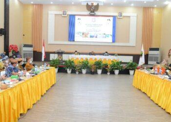 Suasana rakorev antara Pemprov Gorontalo dengan Pemkot Gorontalo untuk mengkoordinasikan berbagai program strategis di aula Rumah Dinas Walikota Gorontalo, Jumat (26/2/2021). Foto – Salman