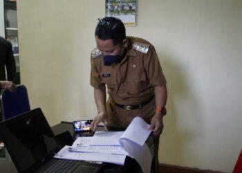 Wakil Bupati Gorontalo Utara, Thariq Modanggu, Melakukan Sidak di Dinas Perumahan dan Kawasan Permukiman Kabupaten Gorontalo Utara, Selasa (09/02/2021). Foto: Humas Pipit.