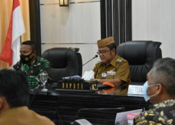 Bupati Indra Yasin saat pimpin rapat terkait pencangan pelaksanaan Vaksin Covid-19 di lingkup Pemda Gorut. Selasa (02/02/2021). (Foto : Sudin Lamadju/Prosesnews.id).