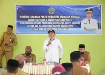 Plt Bupati Kabupaten Boalemo (kemeja putih), saat pidato pada penandatanganan pakta Integritas dan perjanjian kontrak kinerja Kecamatan Paguyaman dan Paguyaman Pantai. Senin, (01/02/2021). (Foto : Humas).