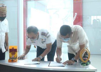 Bupati Pohuwato Syarif Mbuinga, saat menandatangani MOU dengan Kepala Bandara Jalaludin Gorontalo, Rabu, (03/02/2021). (Foto : Istimewa).