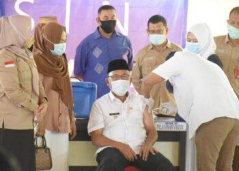 Proses vaksinasi terhadap Plt Bupati Kabupaten Boalemo, Ir. Anas Jusuf, M.Si. Kamis, (04/02/2021). (Foto : Istimewa).
