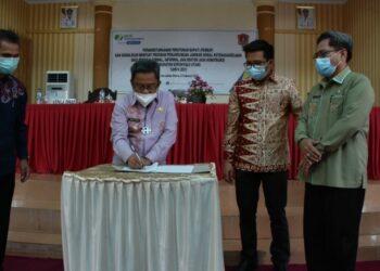 Bupati Gorut, Indra Yasin, saat menandatangani MOU kerjasama dengan pihak BPJS Ketenagakerjaan Gorut. Kamis, (04/02/2021). (Foto : Istimewa).