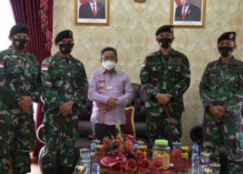 Bupati Gorut Indra Yasin (tengah), saat menerima Kunker Satuan Radar 224 Kwandang. Kamis, (04/02/2021). (Foto : Istimewa).