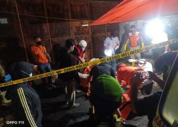 Tim gabungan Basarnas dan tim Inafis Kota Blitar saat mengevakuasi korban. (foto: zunaidi, Prosesnews.id).