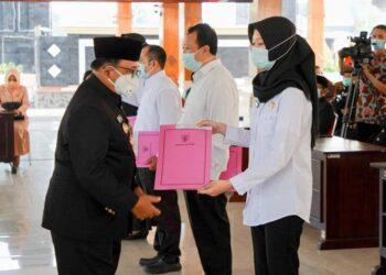 Bupati Blitar Rijanto memberikan petikan SK Bupati Blitar secara simbolis kepada PPPK di Pendopo Sasana Praja, kantor Bupati Blitar di Kanigoro, Kamis (11/02/2021) kemarin. (foto: dok/humas).