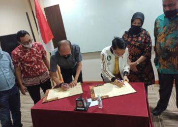Bupati Kabupaten Gorontalo, Nelson Pomalingo, saat menandatangani Memorandum Of Understanding (MOU) dengan Hotel Best Western di Keating Room Hotel Best Western Kota Manado, Sulawesi Utara, pada hari Sabtu, (13/02/2021). (F : Istimewa).