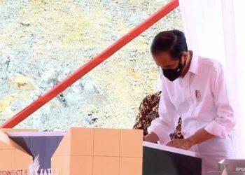 Presiden Jokowi meresmikan Bendungan Tukul, Pacitan, Jatim, Minggu (14/02/2021). (Foto: Istimewa).