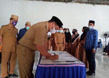 Bupati Bone Bolango (Bonebol) Hamim Pou, melantik 61 Pegawai Pemerintah dengan Perjanjian Kerja (PPPK)