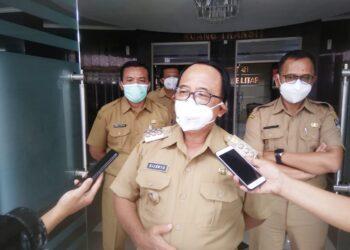 Bupati Blitar, Rijanto, saat diwawancari awak media usai acara. (foto: Achmad/Prosesnews).