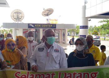 Gubernur Gorontalo, Rusli Habibie (tengah), saat menyambut kedatangan Nelson Pomalingo di Bandara Djalaluddin Gorontalo. Jum'at, (19/02/2021). (Foto : Istimewa).