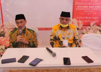 Nelson Pomalingo dan Hendra Hemeto, ketika melakukan Konferensi Pers, usai ditetapkan sebagai Bupati dan Wakil Bupati Kabuppaten Gorontalo terpilih oleh KPU Gorontalo. (Foto : Istimewa).