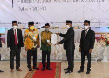 Penyerahan Surat Berita Acara dan Penetapan Paslon terpilih kepada Nelson-Hendra oleh KPU Gorontalo. (Foto : Istimewa).