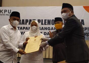 Penyerahan Surat Berita Acara dan Penetapan Paslon terpilih Hadianto Rasyid dan dr. Reny Lamadjido, oleh KPU. (Foto : Istimewa).
