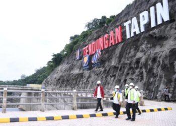 Presiden Joko Widodo saat hendak meninjau fasilitas area Bendungan Tapin di Provinsi Kalimantan Selatan, Kamis (18/02). SETPRES