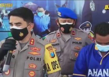 Pelaku saat diamankan di Mapolres Pasuruan.(foto dan sumber berita: dok/hms/Polda Jatim).