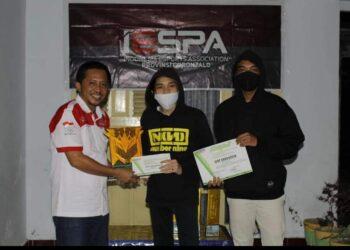 Ketua IESPA, Jayusdi Rivai (Kiri), saat menyerahkan piagam kepada pemenang event Tahun 2020 lalu. (Foto : Istimewa).