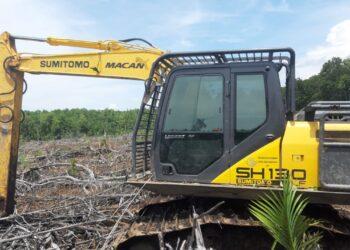 Alat berat yang diduga melakukan pembabatan hutan lindung di Desa Imbodu, Kecamatan Randangan, Kabupaten Pohuwato. (Dok : Irwan Mooduto).