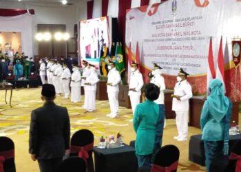 Gubenur Jawa Timur (Jatim) Khofifah Indar Paranwansa saat melantik Bupati dan Walikota terpilih di Gedung Negara Grahadi Surabaya.(foto:istimewa).