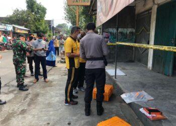 Kapolres Blitar AKBP Leonard M Sinambela (baju kuning) memimpin langsung jalannya olah TKP (Foto : Istimewa).