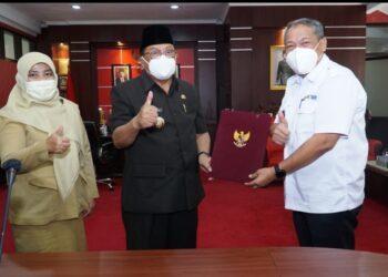Wali Kota Blitar, Santoso, saat menerima dokumen serah terima hibah IPLT dari Dirjen Cipta Karya. (foto : istimewa).