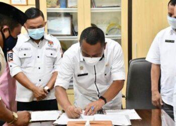 Sekda Gorontalo Utara, Ridwan Yasin menandatangani NPHD untuk KPU Gorontalo Utara. (foto:hms)