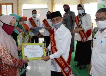 Bupati Gorontalo, Nelson Pomalingo menerima penghargaan dan dinobatkan sebagai Ayah Genre Provinsi Gorontalo. (foto:hms)