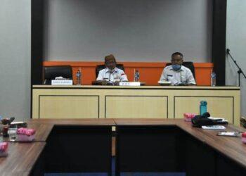 Bupati Gorontalo Utara, Indra Yasin didampingi Kadis Kominfo Gorontalo Utara Robin Daud dalam pertemuan bersama pimpinan media. (foto:hms)