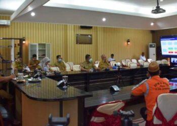 Bupati Gorontalo Utara, Indra Yasin mengikuti Rakor bersama Menko Perekonomian Perijinan melalui aplikasi zoom. (foto:istimewa)