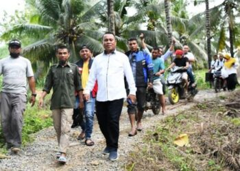 Sekda Gorontalo Utara, Ridwan Yasin saat berkunjung ke Dusun Lomuli Desa Ibarat Kecamatan Anggrek. (fto:istimewa)