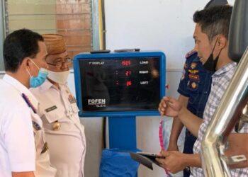 Bupati Gorontalo Utara, Indra Yasin saat melihat uji kendaraan bermotor yang baru diresmikannya. (foto:hms)