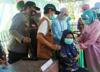 Wabup Gorontalo, Herman Walangadi meninjau pelaksanaan vaksinasi untuk nakes. (foto:hms)