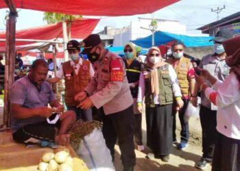 Wabup Gorontalo, Herman Walangadi saat meninjau pasar, mengecek penerapan protokol kesehatan. (foo:hms)
